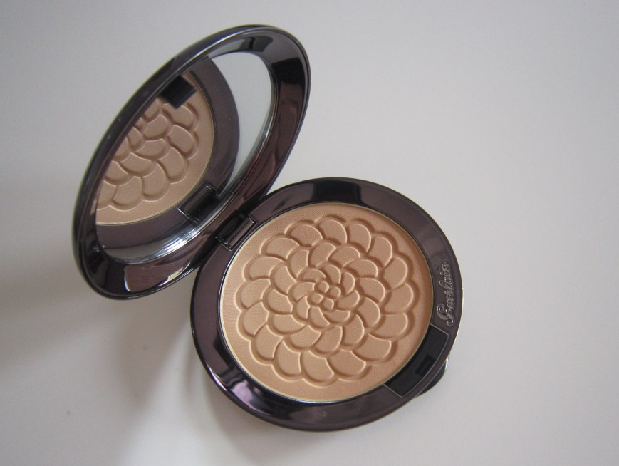 Guerlain Météorites Compact Illuminating and Mattyfying Pressed Powder in Teint Doré (03)
